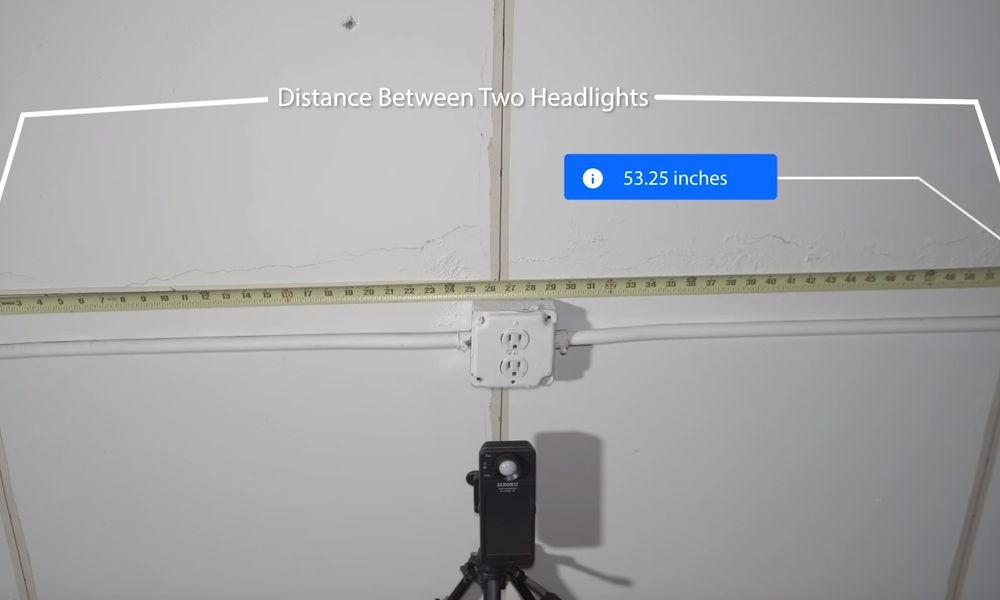 Distance between the headlights